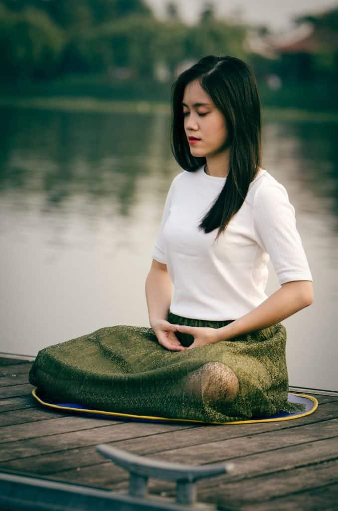 Rechtenvrije foto van mediterende vrouw van Le Minh Phuong via Unsplash