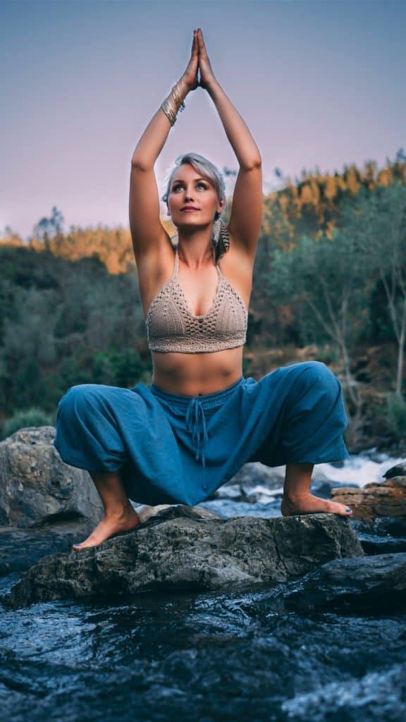 Rechtenvrije foto van een yogi bij een riviertje van Matt Krieg via Unsplash