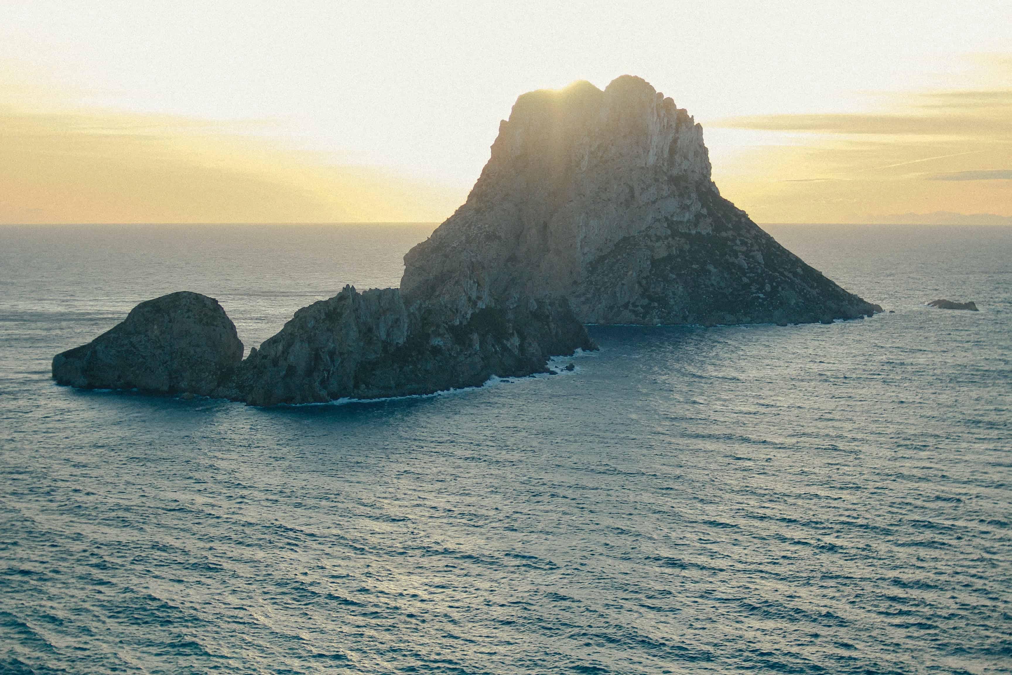 Rechtenvrije foto van een eiland van Alvaro Martinez Flores via Unsplash