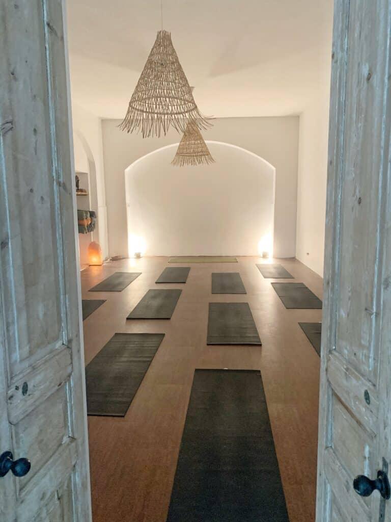 Foto interieur met yogamatten Sukha Yoga - Amsterdam.